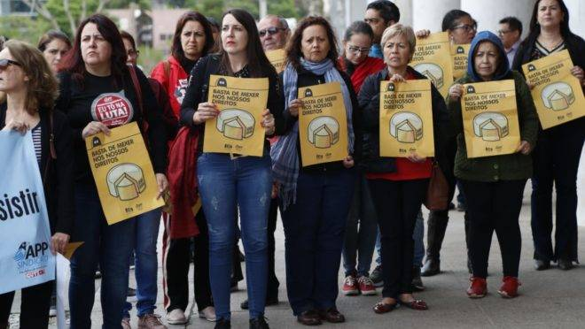 Servidores protestaram contra o fim da licença-prêmio durante a sessão plenária da terça-feira (15)