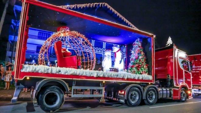 A Caravana Iluminada leva o Papai Noel por bairros da cidade.
