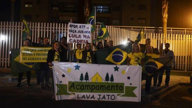 Manifestantes pró-Lava Jato em Curitiba