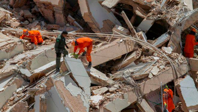 Prédio que desabou em Fortaleza deixou pelo menos três mortos. Ainda há desaparecidos.