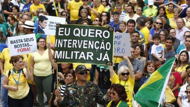 Faixa em defesa de um golpe militar em protesto pró-Lava Jato, em Curitiba, em 2017.