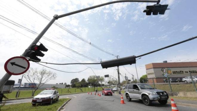 Caminhão arrastou cabos de telefonia na Linha Verde.