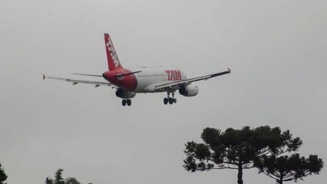 Avião pousando em Curitiba.