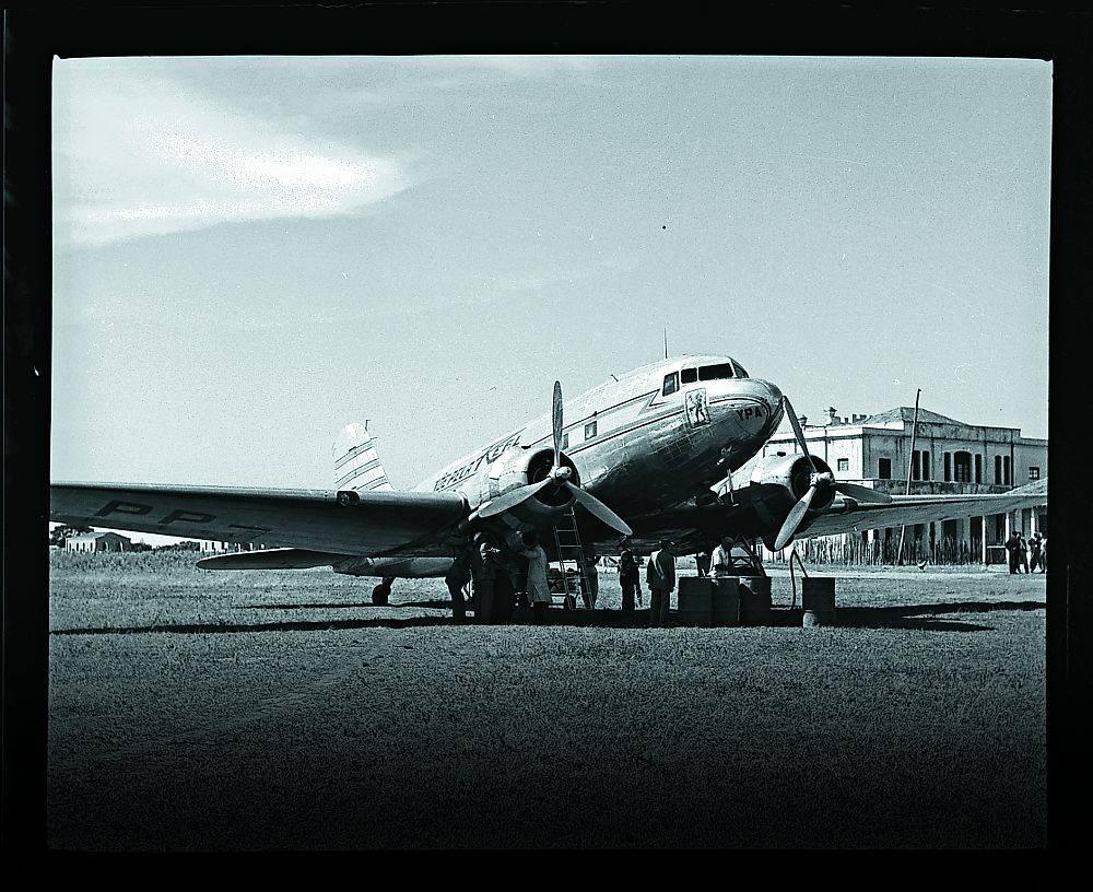 Avião DC-3 da Real Transportes Aéreos sendo abastecido no aeroporto de Londrina na década de 1950.