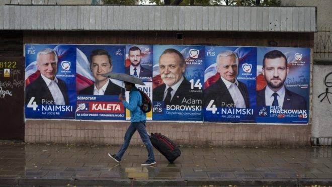 Cartazes de campanha em Varsóvia, Polônia, antes das eleições de outubro de 2019