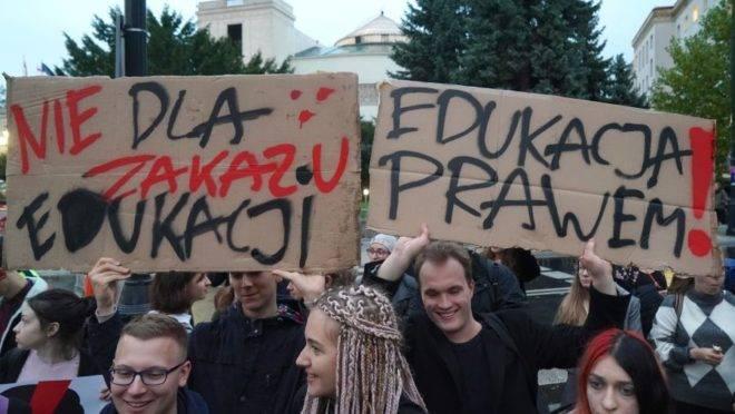 Pessoas protestam em frente ao parlamento polonês, em Varsóvia, contra a lei que quer dificultar a educação sexual em escolas.