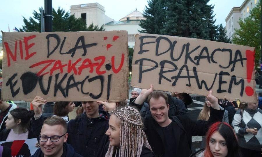 Pena de prisão: políticos poloneses tentam inibir educação sexual no país