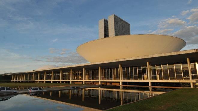 Vista da cúpula da Câmara dos Deputados no prédio do Congresso Nacional.