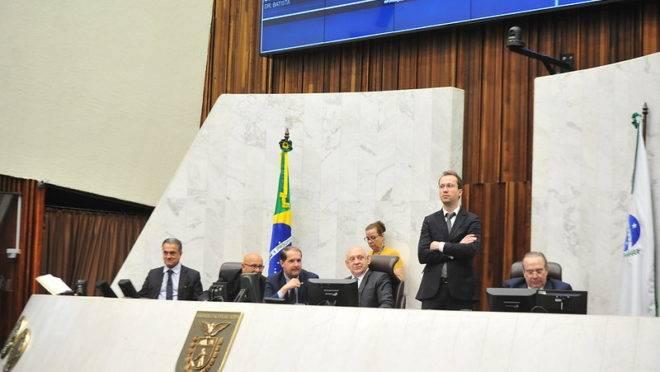 Presidente da Alep, Ademar Traiano (PSDB), conduz sessão plenária.