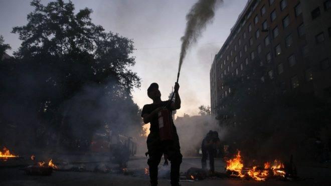 Manifestantes fazem barricadas após grande protesto no centro de Santiago, 18 de outubro de 2019