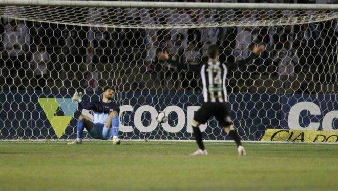 Jogador do Paraná Clube lamenta lance perdido contra o Figueirense.