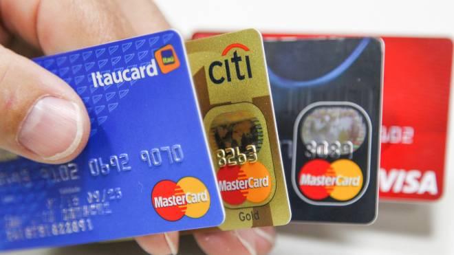 Projeto aprovado pelo Senado estabelece o limite de 30% ao ano para os juros do cheque especial e do cartão de crédito.