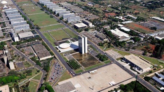 Vista aérea da Praça dos Três Poderes e da Esplanada dos Ministérios em Brasília.