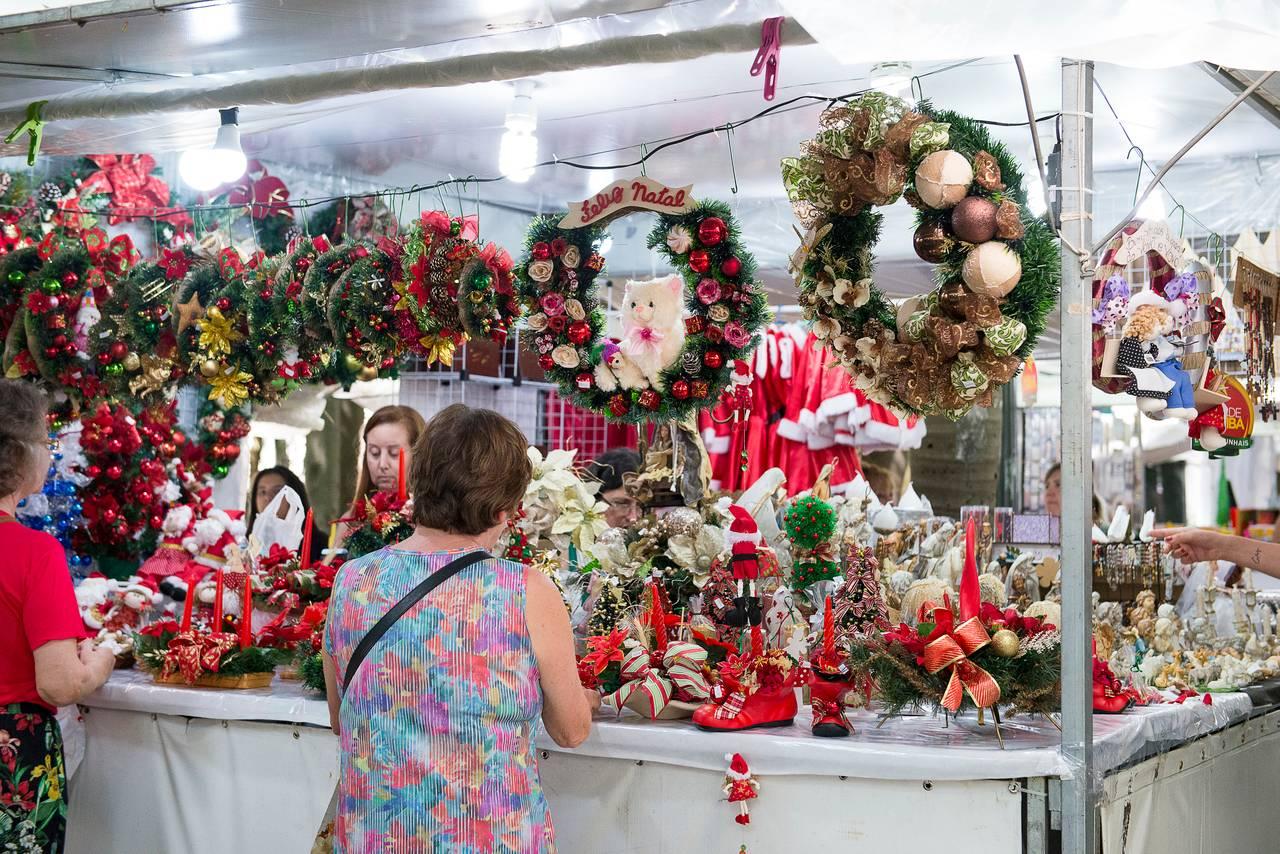 A feirinha reúne culinária de várias parte do mundo, artesanatos e presentes natalinos. Foto: Nay Klyn/Gazeta do Povo