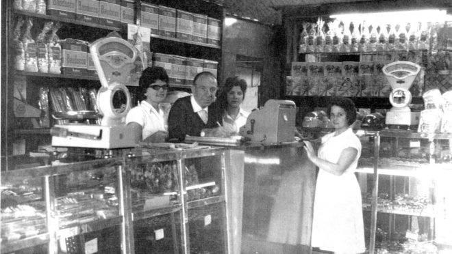 O italiano Carlo Bauducco na primeira padaria que abriu em São Paulo.