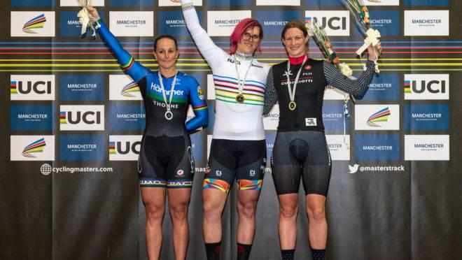 A ciclista canadense Rachel McKinnon (no centro) comemora sua medalha de ouro no pódio com a terceira colocada, Kirsten Herup Sovang, (à direita), da Dinamarca, e a segunda colocada, Dawn Orwick (à esquerda), dos EUA, pela categoria Sprint de 35 a 39 anos do Campeonato do Mundo da UCI Masters Track Cycling, em Manchester, em 19 de outubro de 2019. – A ciclista transgênero Rachel McKinnon defendeu seu direito de competir no esporte feminino, apesar de aceitar que atletas trans podem ter uma vantagem física sobre suas rivais.