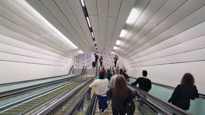Metro em Santiago: protestos alteraram horários de funcionamento. Toque de recolher foi anunciado afetando moradores e turistas.