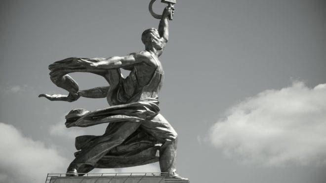 Entre outras coisas, a resolução condena o uso dos símbolos dos regimes totalitários (suásticas e principalmente a foice e o martelo) em prédios e monumentos públicos, como este, em Moscou.