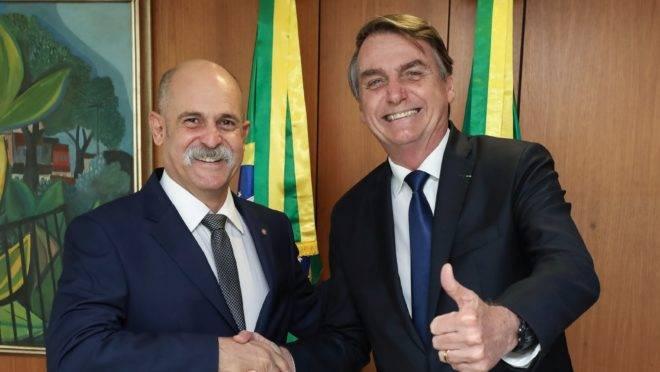 Jair Bolsonaro cumprimenta o deputado Sargento Fahur, do PSD.