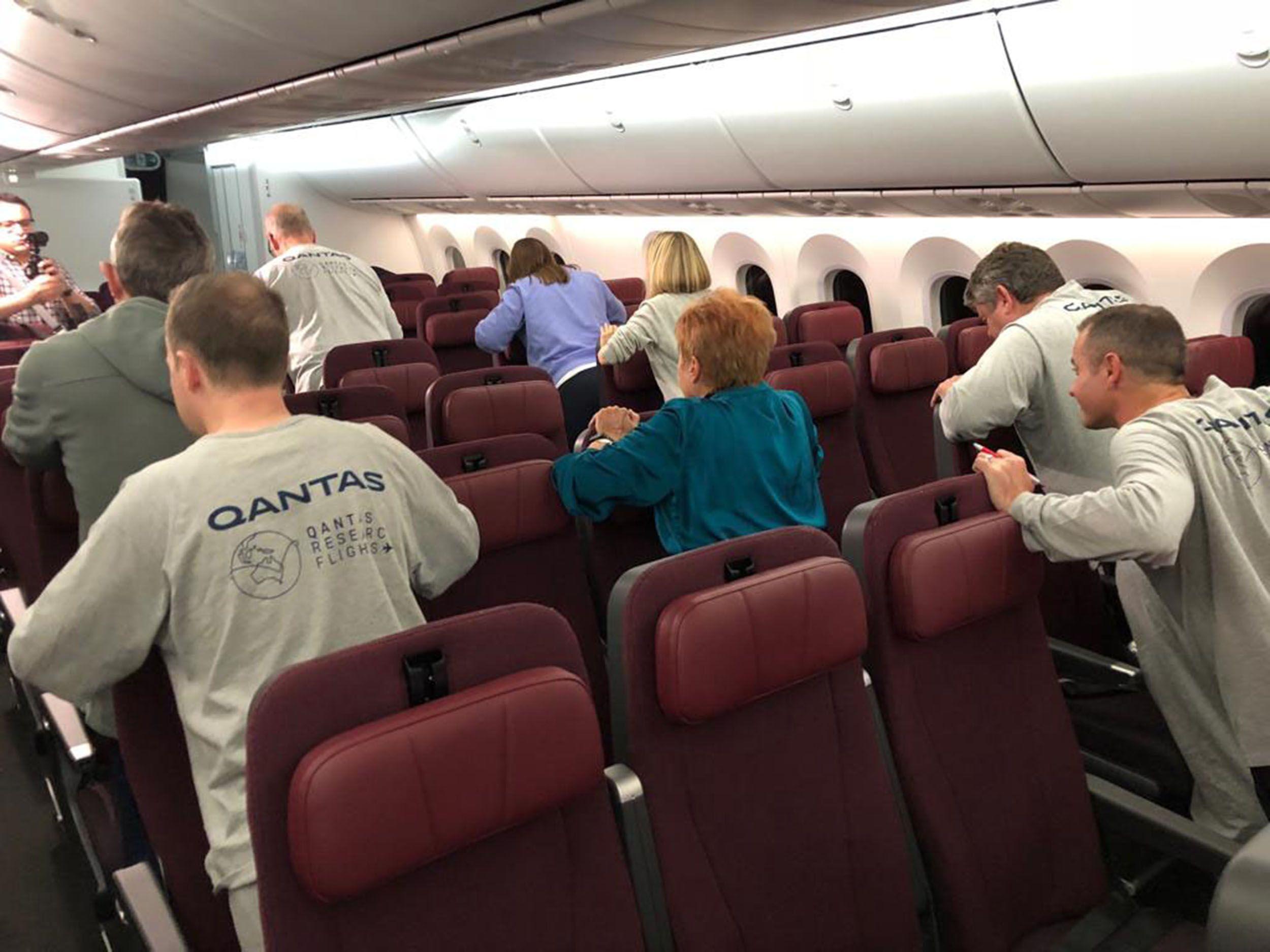 Passageiros fazem exercícios durante voo. Foto: Angus Whitley/Bloomberg