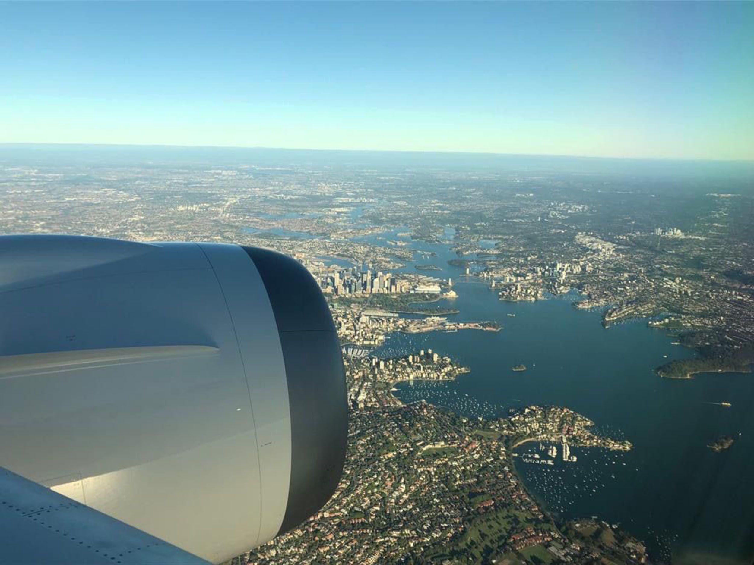 Avião da Qantas sobrevoa Sydney. Foto: Angus Whitley/Bloomberg