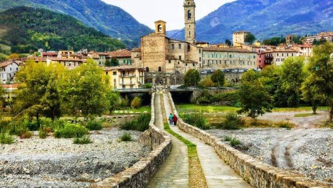 O vilarejo fica em um vale na província de Piacenza, entre as regiões de Emilia-Romagna, Lombardia, Piemonte e Ligúria, na Itália.