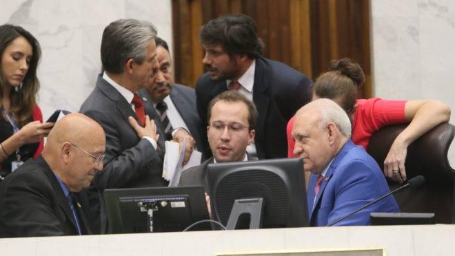 Luiz Cláudio Romanelli (esq.) e Ademar Traiano (dir.) em meio às demais lideranças da Casa.