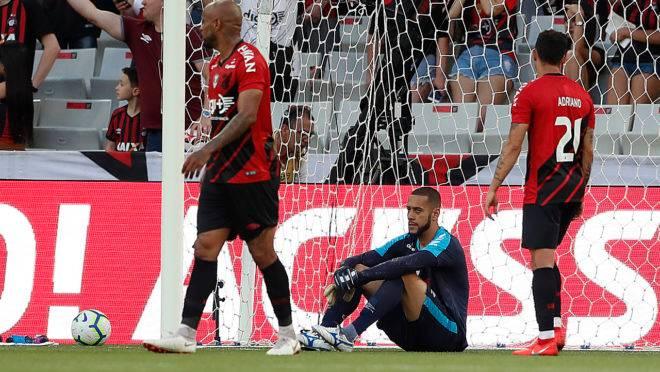 Goleiro Léo, no centro lamenta o gol sofrido contra o Palmeiras.