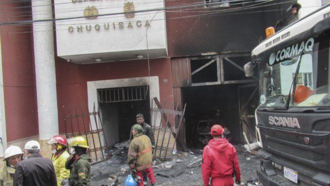 Bombeiros trabalham no escritório eleitoral da Bolívia após incêndio provocados por manifestantes depois da divulgação dos resultados preliminares