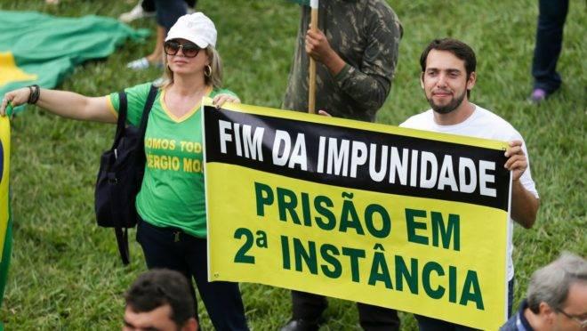 Manifestantes na Esplanada dos Ministérios: STF julga constitucionalidade da prisão em segunda instância.