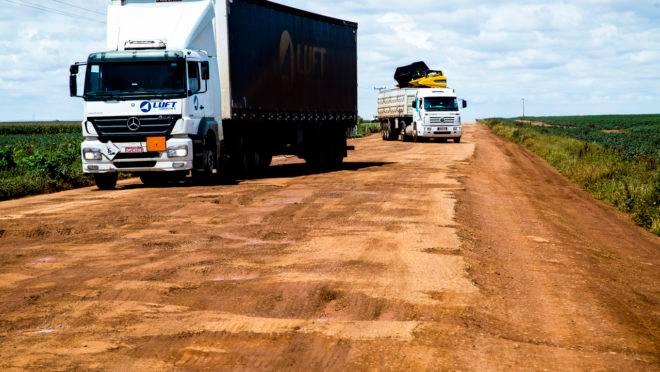 BR-020, próximo de Brasília: infraestrutura rodoviária é precária nas estradas na maioria dos estados brasileiros.