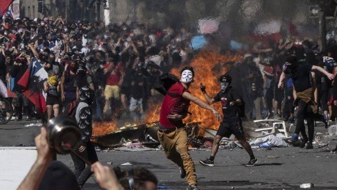 Manifestantes protestam na Plaza Italia no quinto dia de protestos violentos motivados por um aumento na tarifa de metrô, que já foi revogado, em Santiago, 22 de outubro de 2019