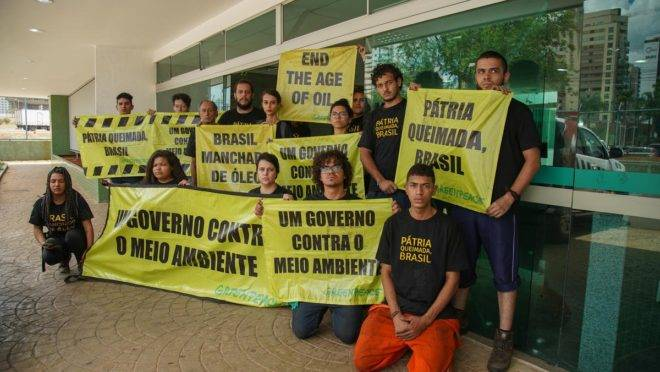 Protesto do Greenpeace teve detidos por descarte irregular de lixo