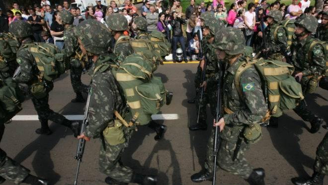 Militares marchando