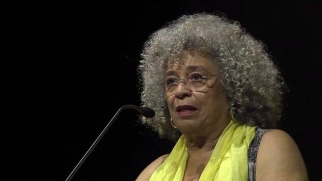 """A ativista Angela Davis exemplifica a frase do saudoso Millôr Fernando, segundo o qual """"quando uma ideologia fica bem velhinha, vem morar no Brasil""""."""