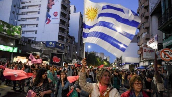 Manifestantes protestam contra propostas para segurança que serão votadas no domingo (27), em Montevidéu, 22 de outubro de 2019