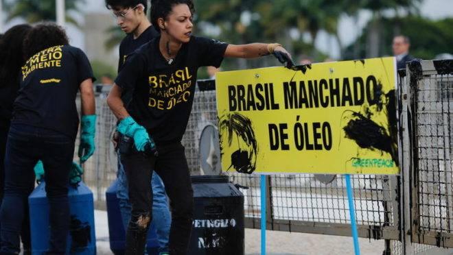 Ativistas do Greenpeace fizeram um protesto em frente ao Palácio do Planalto, em Brasília.