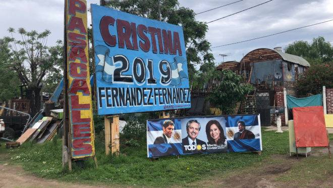 Cartaz de campanha em José C. Paz coloca a candidata à vice-presidência Cristina Kirchner no topo da chapa com Alberto Fernández