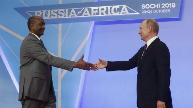 O presidente do Conselho de Transição Sudanês, general Abdel Fattah al-Burhan (esq) e o presidente da Rússia, Vladimir Putin, na cúpula Rússia-África em Sochi, Rússia, 23 de outubro de 2019