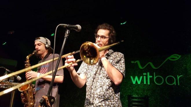 Banda Loop Como Le Gusta abriu as comemorações de um ano do Wit Bar. Festa continua neste final de semana com ritmos variados