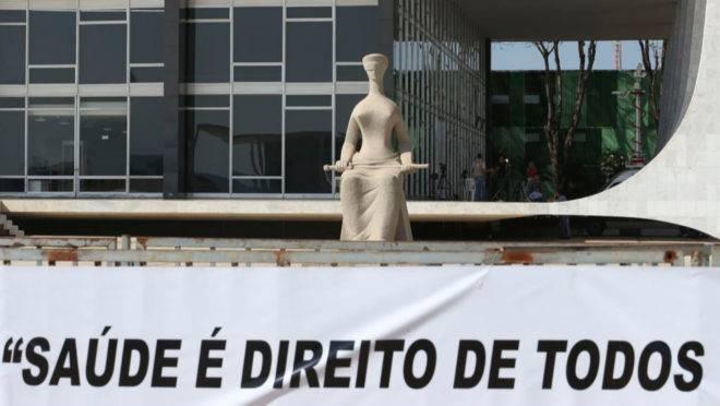 Faixa estendida em frente ao STF: em maio Corte decidiu que o Estado não pode ser obrigado a fornecer medicamentos experimentais ou sem registro na Anvisa.