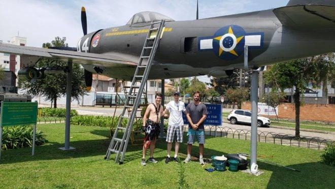 Os amigos Gabriel Toledano, Ricardo Bernardazzi e Murilo Hubert lavaram voluntariamente o avião da Praça do Expedicionário.