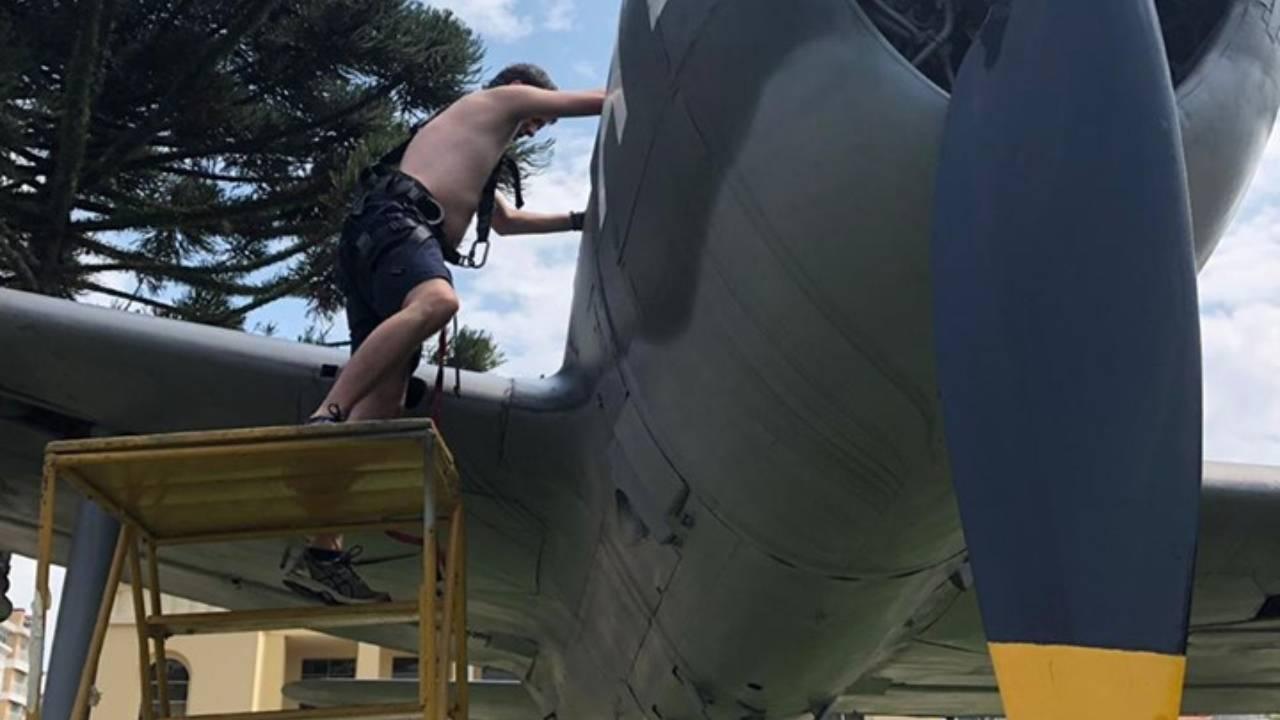 Limpeza do avião P-47 Thunderbolt levou três dias.