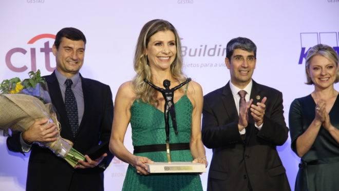 A diretora corporativa do Grupo Paranaense de Comunicação (GRPCOM), Milena Seabra Ferreira, recebeu o Prêmio Equilibrista durante cerimônia realizada na noite de ontem (24) no Castelo do Batel.