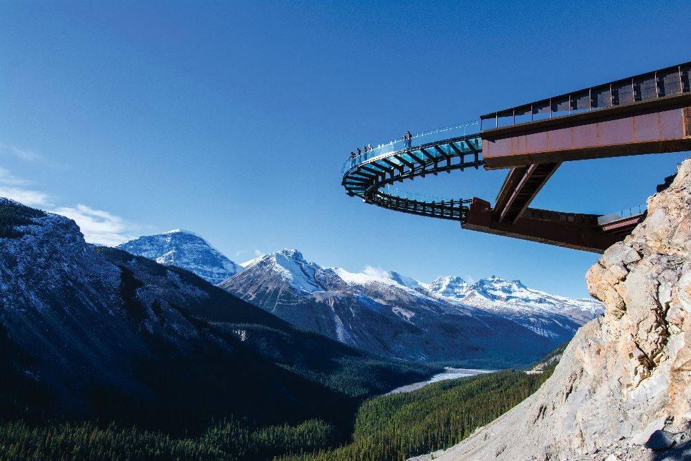 A primeira parada é na  Glacier Skywalk, uma plataforma com chão transparente que dá a impressão de contato direto com as montanhas. Foto: Divulgação