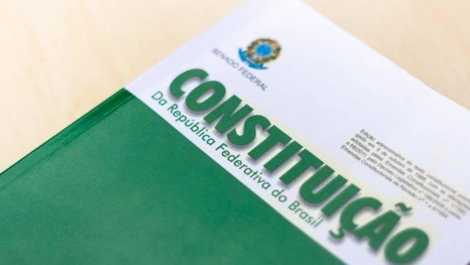 Parlamentares querem Assembleia Constituinte para escrever uma nova Constituição.