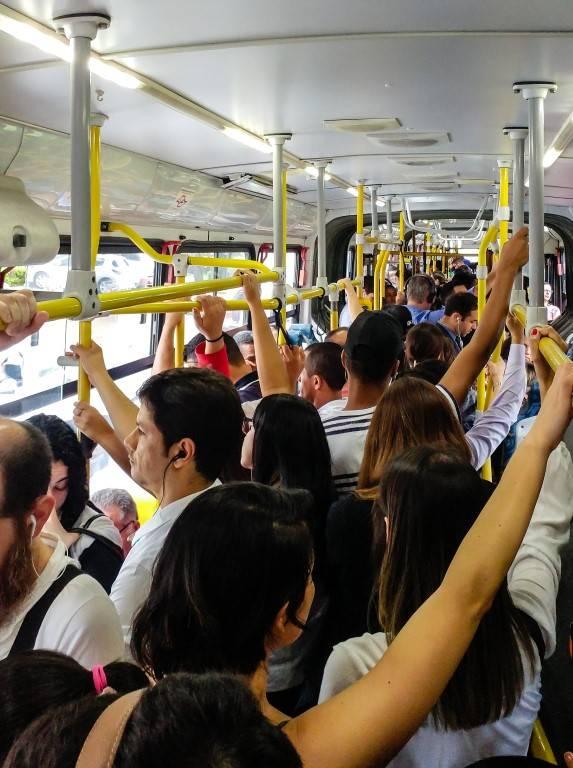 Transporte Público é um direito constitucional desde 2015 e precisa atender às necessidades do cidadão. Por ser um direito social assegurado, linhas do sistema de transporte não precisam necessariamente ser rentáveis - o contrário do que acontece com o sistema de aplicativos de transporte. Foto: Shutterstock