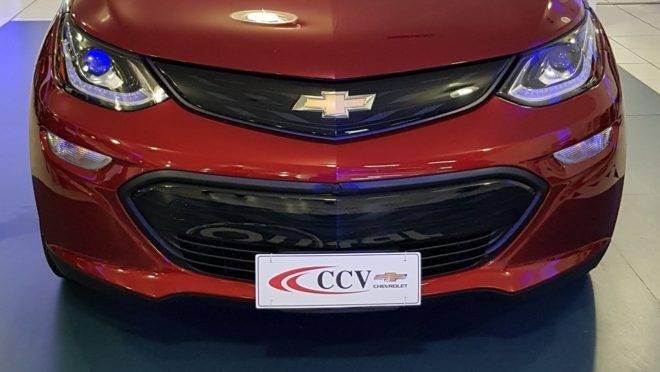 A CCV foi a primeira concessionária de Curitiba a receber o elétrico Bolt para exposição aos clientes. Foto: Renyere Trovão/ Gazeta do Povo