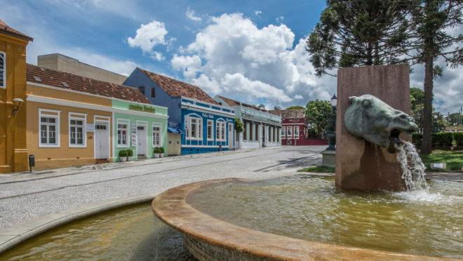 É junto ao reduto boêmio do Largo da Ordem, com suas construções antigas e ruas de paralelepípedo, que está uma parte importante da história de Curitiba.