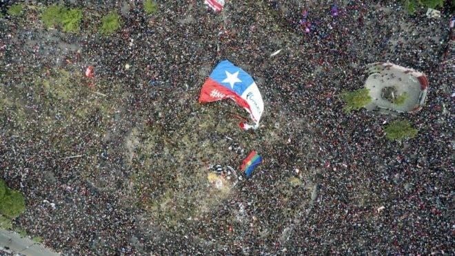 Milhares de pessoas protestam em Santiago, capital do Chile, 25 de outubro de 2019